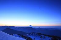 静岡県 春雪の茶臼岳から望む未明の富士山