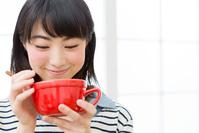 スープを飲む日本人女性
