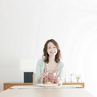 パスタを食べる日本人女性