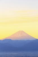 山梨県 長峰林道より夜明けの富士山と山並み
