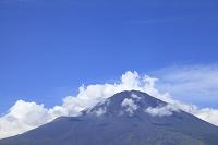 静岡県 御殿場市 夏の富士山と青空