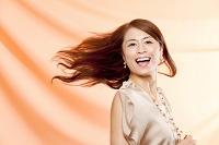 髪なびく中高年日本人女性