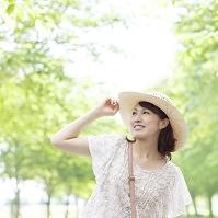 麦わら帽子をかぶった日本人女性