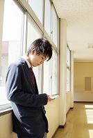 携帯を操作する男子高校生