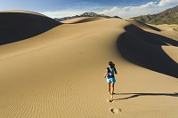 砂漠を走る外国人女性