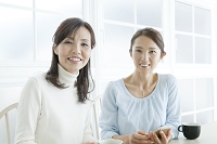 笑顔の中年女性