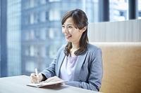 打ち合わせをする日本人女性