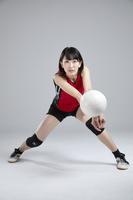 レシーブする女子バレーボール選手