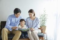 息子に絵本を読み聞かせる両親