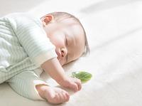葉っぱを持って眠る日本人の赤ちゃん