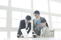 パソコンを見る日本人のビジネスチーム