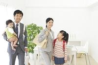 共働きの日本人家族の出勤