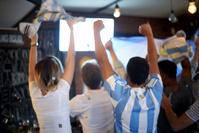 テレビで応援するアルゼンチンサポーター