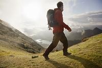 山を歩くハイカー ハイキング