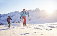 バックカントリースキーをするスキーヤー