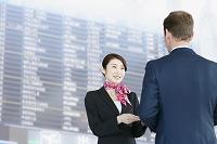 空港で案内するグランドスタッフ