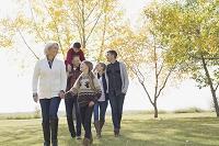 公園を歩く外国人の三世代家族