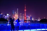 上海 北外灘浜江緑地から高層ビル群の夜景