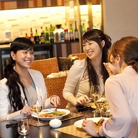 食事をしながら会話をする日本人女性