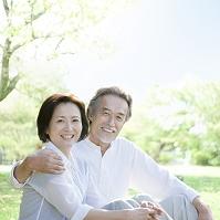 笑顔で寄り添う日本人シニア夫婦