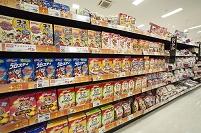 スーパー - 種類の豊富な陳列棚:シリアル