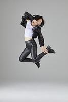 ダンスでジャンプをする日本人女性