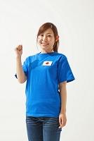 ガッツポーズをするサポーターの日本人女性