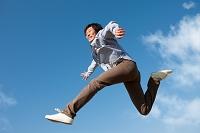 ジャンプしている笑顔の日本人男性