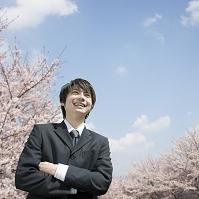 腕を組む笑顔のビジネスマン