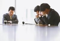 頭を抱え込む日本人ビジネスパーソン