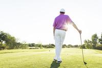 ゴルフクラブを持つ男性