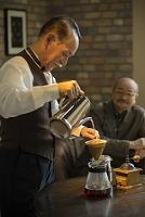 コーヒーを淹れるシニアの日本人男性