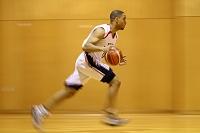 ドリブルをする外国人のバスケットボール選手