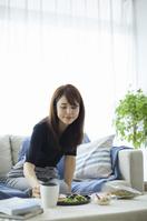 朝食を食べる日本人女性