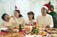 クリスマスディナーを食べる家族