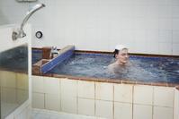 銭湯に入る外国人観光客