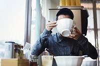 食事する日本人男性