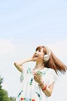 音楽を聴いてリズムをとる女性
