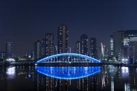 東京都 隅田川に映る永代橋と佃島マンション群の夜景