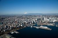 神奈川県 横浜港 山下公園と大桟橋よりみなとみらい地区と富士山