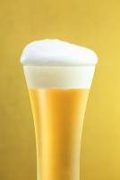 グラスに入ったビールと金屏風