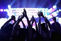 手をあげて盛り上がるコンサートの観客