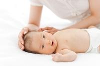 頭を撫でられている赤ちゃん
