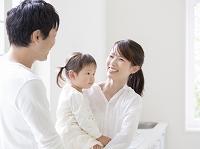 子供を抱いて笑う日本人女性