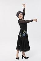 ダンスをするシニア女性