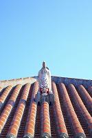 沖縄県 竹富島 木造赤瓦の屋根とシーサー