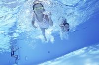 プールの中の女の子