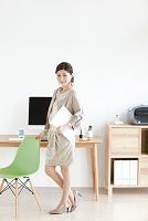 ファイルを抱える日本人女性