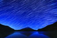 山梨県 精進湖と富士山と星の動き