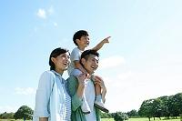 広場と肩車をする日本人家族
